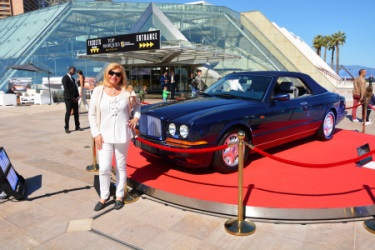 Jacqueline Lestrade pose devant la BENTLEY et  ses 2 millions de diamants au Top Marques 2017